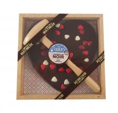 Inima de ciocolata casata cu inimioara de ciocolata in cutie de lemn