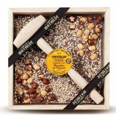 Ciocolata in cutie de lemn Comptoir de Mathilde cu lapte si alune de Piemont